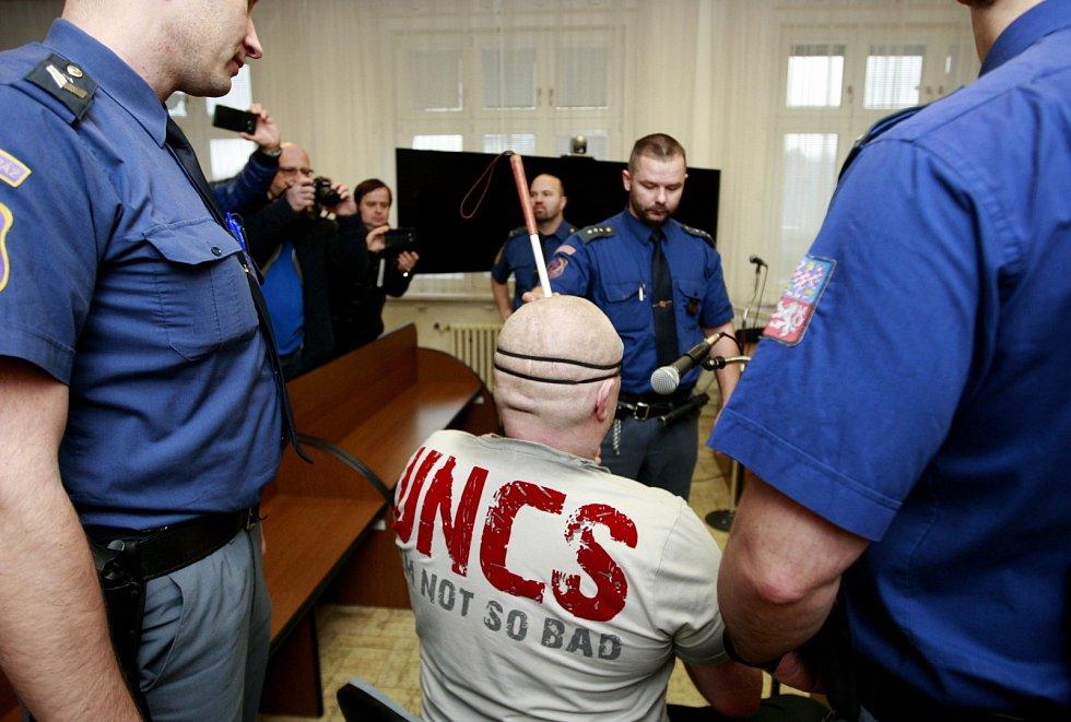Střelec z Petřvaldu, který se pokusil o dvojnásobnou vraždu, přezdívaný Reskátor, u ostravského soudu.