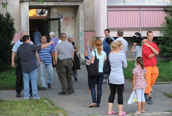 Akce zásahovky, policejních pyrotechniků a kriminálky vdomě vostravské Jugoslávské ulici, kde měl mladý muž vbytě zbraně a munici.