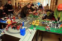 Stavění městečka z dílů stavebnice Lego