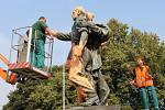 Vandal pomaloval oranžovou malířskou barvou sochu rudoarmějce v ostravských Komenského sadech.