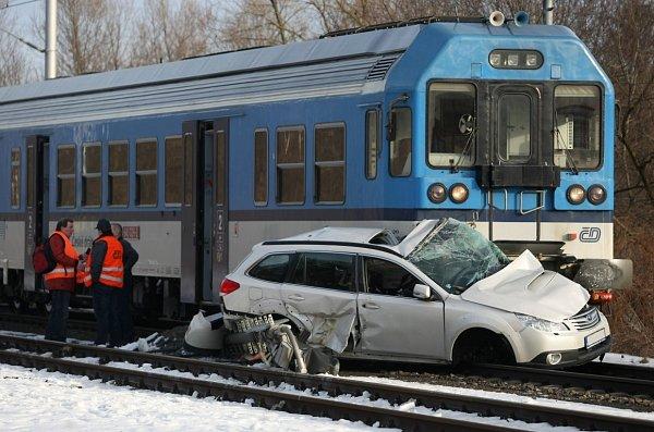 Na železničním přejezdu vOstravě-Třebovicích se střetl rychlík jedoucí zKrnova sosobním automobilem.