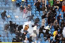 Utkání Baník - Sparta provází násilí na tribunách. Zápas přerušilo řádění chuligánů, na stadionu musela zasahovat policie.