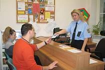 Lidé se na strážníky z center prevence obracejí s nejrůznějšími dotazy a žádostmi.