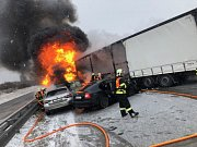 U hromadné nehody a 2 požárů na dálnici D1 u Kujav zasahuje osm jednotek hasičů
