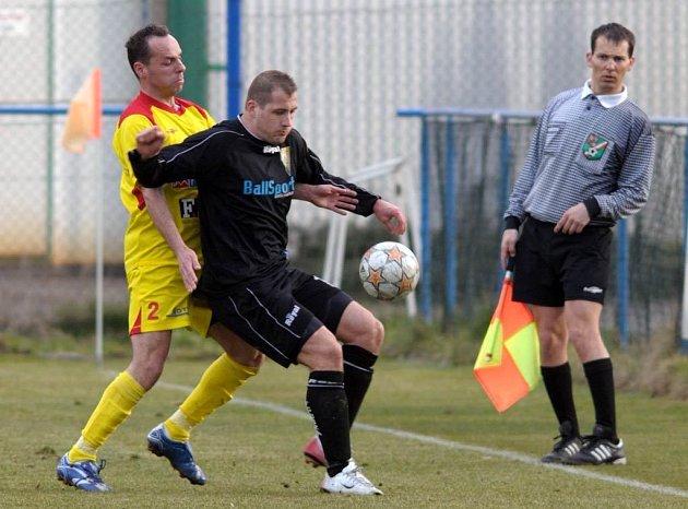 Opora Petřkovic Daniel Vítkovský (vpravo s míčem)