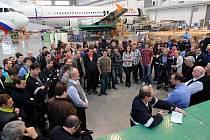 Téměř všech 199 zaměstnanců firmy Job Air Technic se včera sešlo v hangáru v Ostravě-Mošnově s vedením společnosti. Nerozumí tomu, proč banky nechtějí komunikovat s novým investorem.