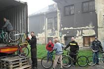 NAKLÁDKA V KOBLOVĚ. První v řadě před kontejnerem Honza Maceček s kolem v barvách Plzeňského kraje, který ho do sbírky poslal.