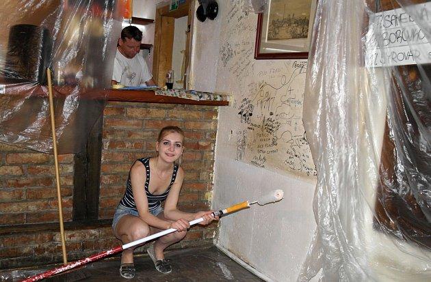 Kontrast mezi nově vymalovanou a dýmem zašlou částí stěny vKurnik Šopa Hospodě.