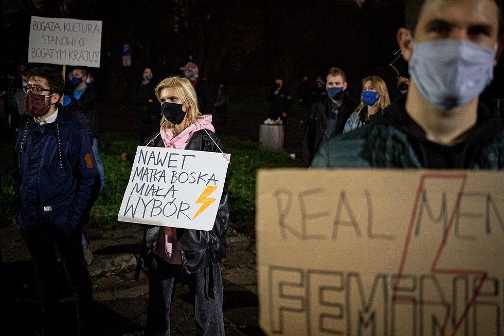 """Vlevo transparent s nápisem: """"I matka boží měla na výběr!"""""""