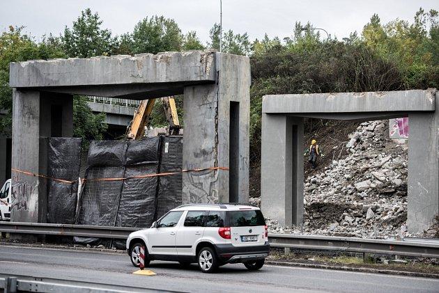 Most na ulici Dr. Martínka, vedoucí přes Místeckou byl na začátku minulého týdne uzavřen a prochází rekonstrukcí. Po stržení zněj zůstaly pouze nosné pilíře.
