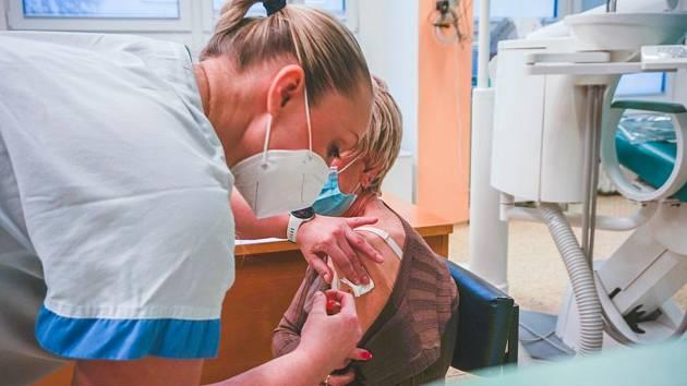 Fifejdská nemocnice má pro následující dny volné kapacity k očkování prioritních skupin proti covid-19. Čekací doba je nanejvýš tři až čtyři dny.