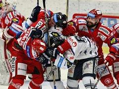 44. kolo hokejové extraligy: HC Vítkovice Steel – HC Oceláři Třinec 2:1 v prodl.