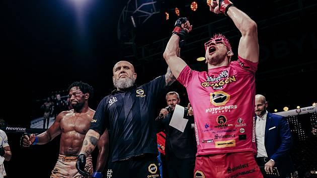 """VÍTĚZ. David Kozma se dozvídá, že potřetí získává pás šampiona """"weltru"""" Oktagonu. V obrovské přestřelce a sportovní válce přetlačil minulou sobotu Brazilce Leandra Silvu. Foto: Oktagon MMA"""