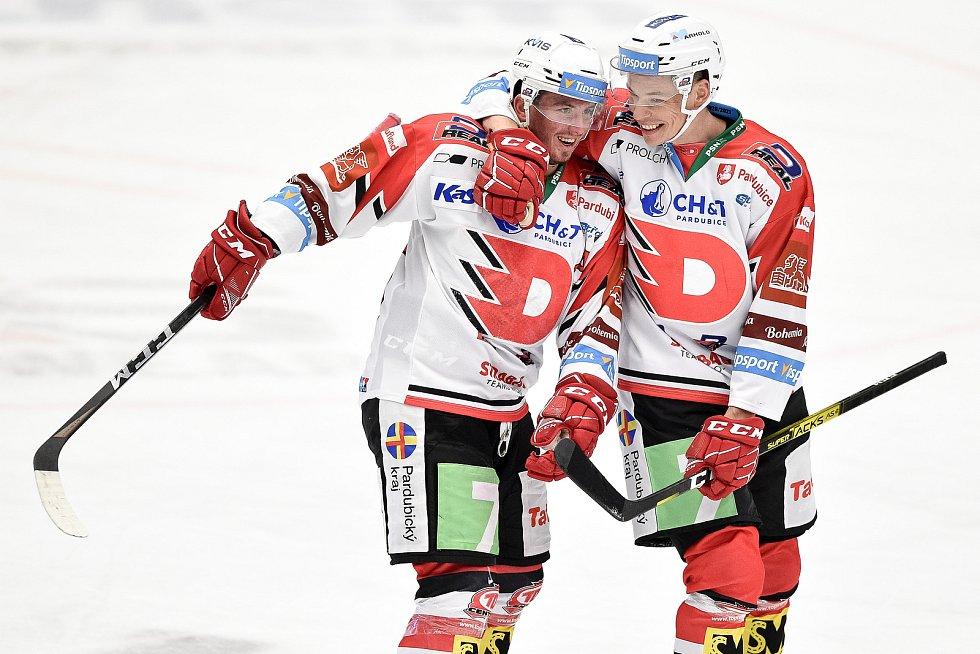 Utkání 24. kola hokejové extraligy: HC Vítkovice Ridera - HC Dynamo Pardubice, 4. prosince 2020 v Ostravě. (zleva) Jan Mandát z Pardubic a Marek Ďaloga z Pardubic.