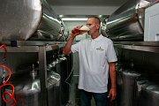 V Ostravě-Heřmanicích si partička nadšenců vaří své vlastní pivo.
