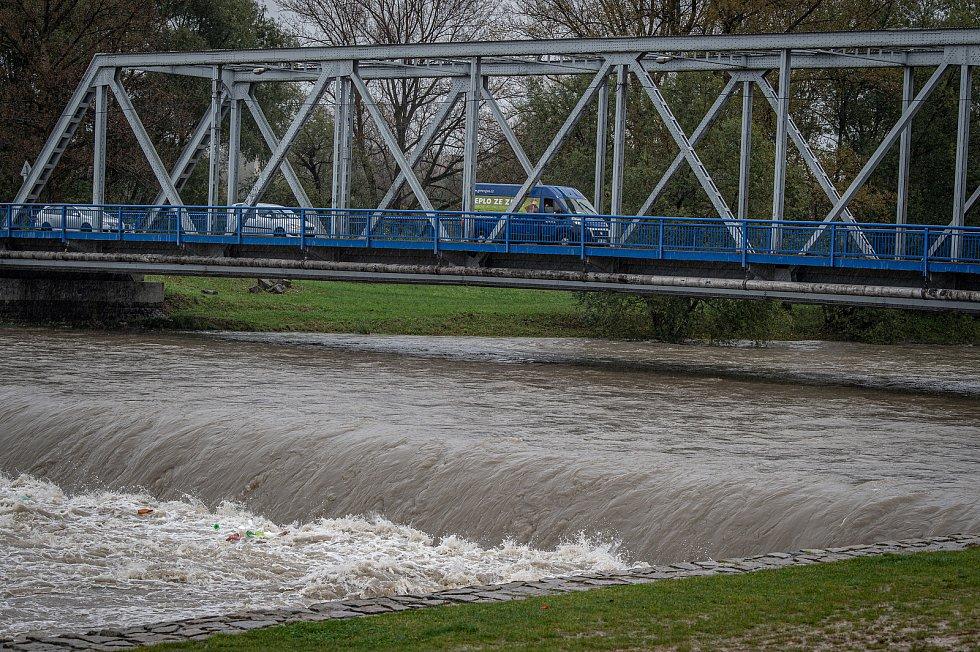 Noční deště zvedly hladiny řek na severní Moravě, 14. října 2020. Rozlitá řeka Ostravice mezi Hrabovou a Vratimovem.