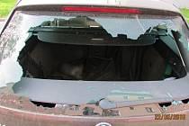 Muž pěstí rozbil zadní sklo osobního vozidla.