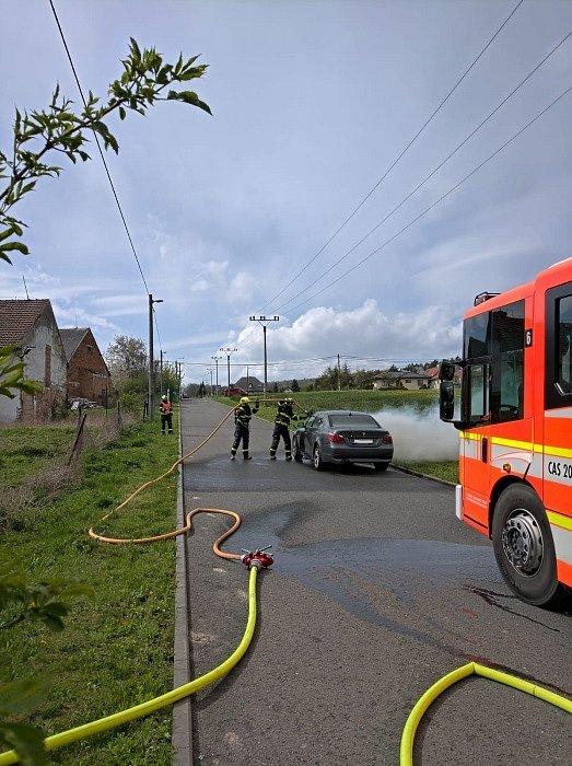 Požár osobního automobilu BMW na území ostravského obvodu Lhotka, čtvrtek 6. května 2021.