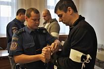 Za brutální napadení dvou mladíků hrozí Danielu Vondrákovi (vpředu) a Davidu Malému až dvanáct let vězení.