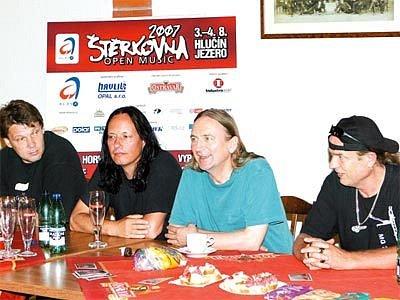 Skupina TSA na tiskové konferenci. Andrzej Nowak (na snímku první zprava) a vedle něho Marek Piekarczyk