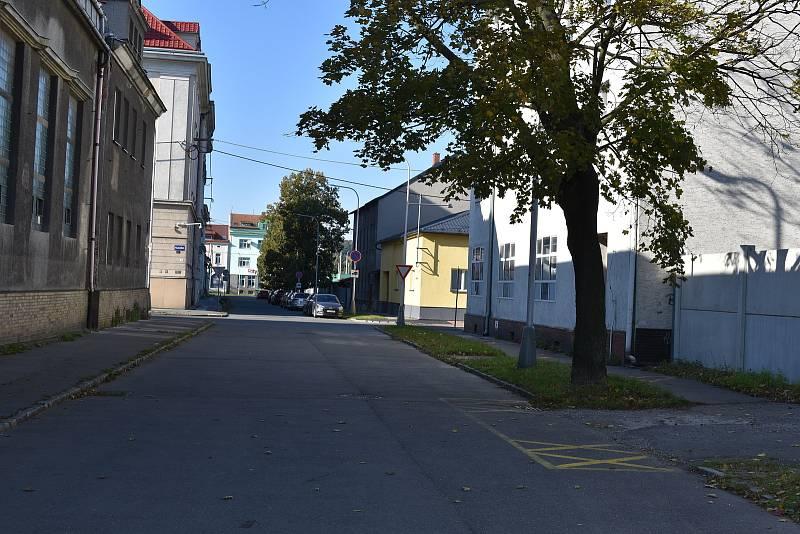 I tato ulice v sousedství volební místnosti spadá do okrsku.