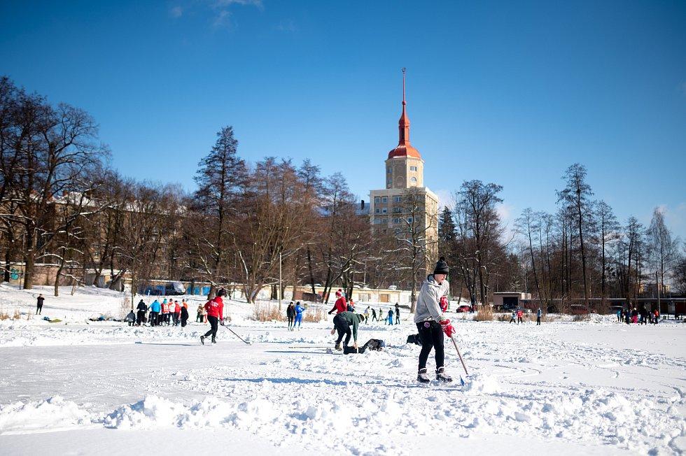 Bruslaři na zamrzlém rybníku vedle zámku u oblouku v Porubě. 14. února 2021 v Ostravě.