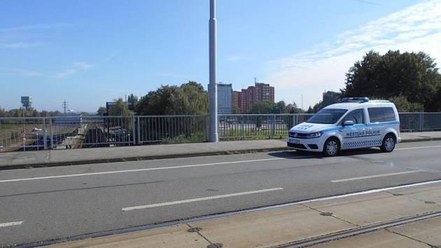 Hlídka strážníků po příjezdu na místo skutečně spatřila malého chlapečka, který stál uprostřed mostu nad železničním koridorem, odkud pozoroval projíždějící vlaky.