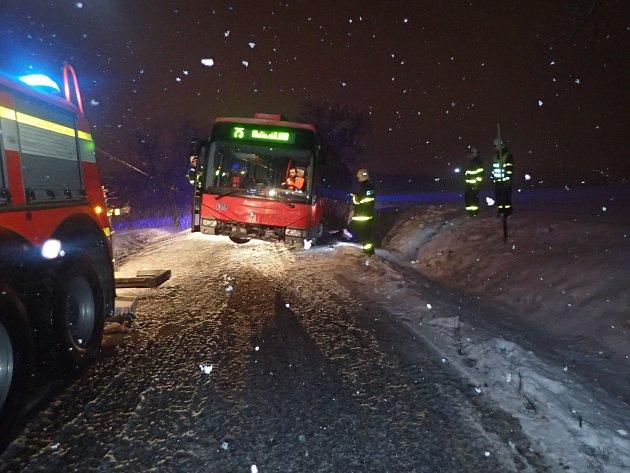 Hasiči vDěhylově na Opavsku vyprošťovali autobus, který sjel zkomunikace.