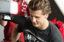 Hokejový útočník Erik Němec zahrál v přímém přenosu Hitrádia Orion na kytaru, červenec 2016, festival Colours of Ostrava.