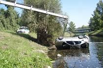 Vozidlo skončilo v korytě řeky Ostravice. Bez pomoci by žena s největší pravděpodobností nepřežila.