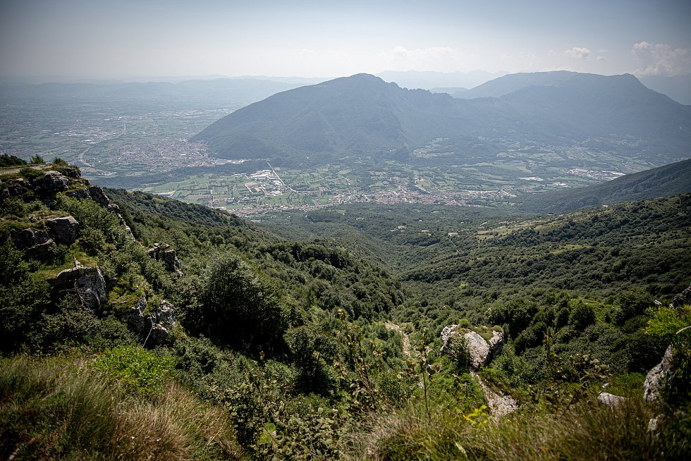 Pohled na město Cogollo del Cengio z místa Paù Saddle, 12. srpna 2021 v Caltrano v provincii Vicenza, Benátsko, Itálie.