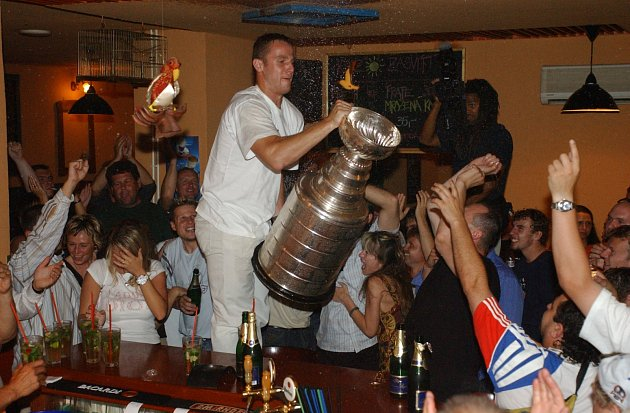 OSLAVA ZISKU STANLEY CUPU se nesla všampusovém duchu. Po akci Pavla Kubiny museli majitelé nechat bar vymalovat.