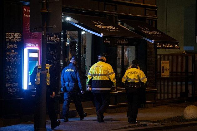 Prázdná Stodolní ulice 13.března 2020vOstravě. Vláda ČR vyhlásila dne 12.března 2020stav nouze a rozhodla, že všechny restaurace a hospody budou kvůli koronavirovým opatřením uzavřeny ve 20:00.
