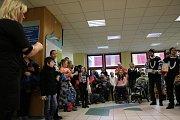 Hráči Vítkovic na nákupu vánočních dárků, které pak předali dětem hospitalizovaným ve Fakultní nemocnici Ostrava.