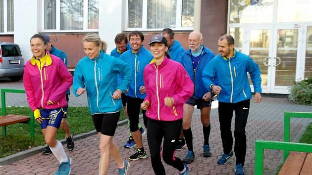 Společný start běhu napříč obvody Ostravy odstartoval v 8 hodin u radnice v Porubě.