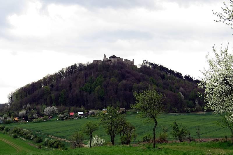 Hrad Starý Jičín při pohledu od Bernartic nad Odrou.