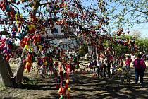 31 324 malovaných velikonočních vajíček zavěsili na ořech v zahradě MŠ Požární v ostravských Heřmanicích.