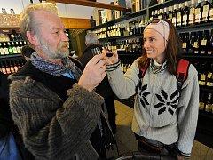 Mladé víno z letošní sklizně se s nálepkou Svatomartinské dostalo ve čtvrtek na pulty vinoték a obchodů.