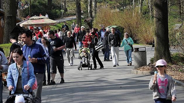 Přeplněné parkoviště a davy lidí. Tak to vypadalo o víkendu v ostravské zoo. Jen v březnu navštívilo ZOO Ostrava dvakrát více lidí než loni za stejné období.