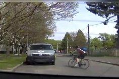Cyklista naboural do policejní dodávky.
