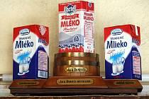 Láhve s tvrdým alkoholem zmizely po nařízení vlády také z barů ve Stodolní ulici. V podniku Barbar vyřešili prohibici po svém. Místo láhví s alkoholem vystavili krabicové mléko.