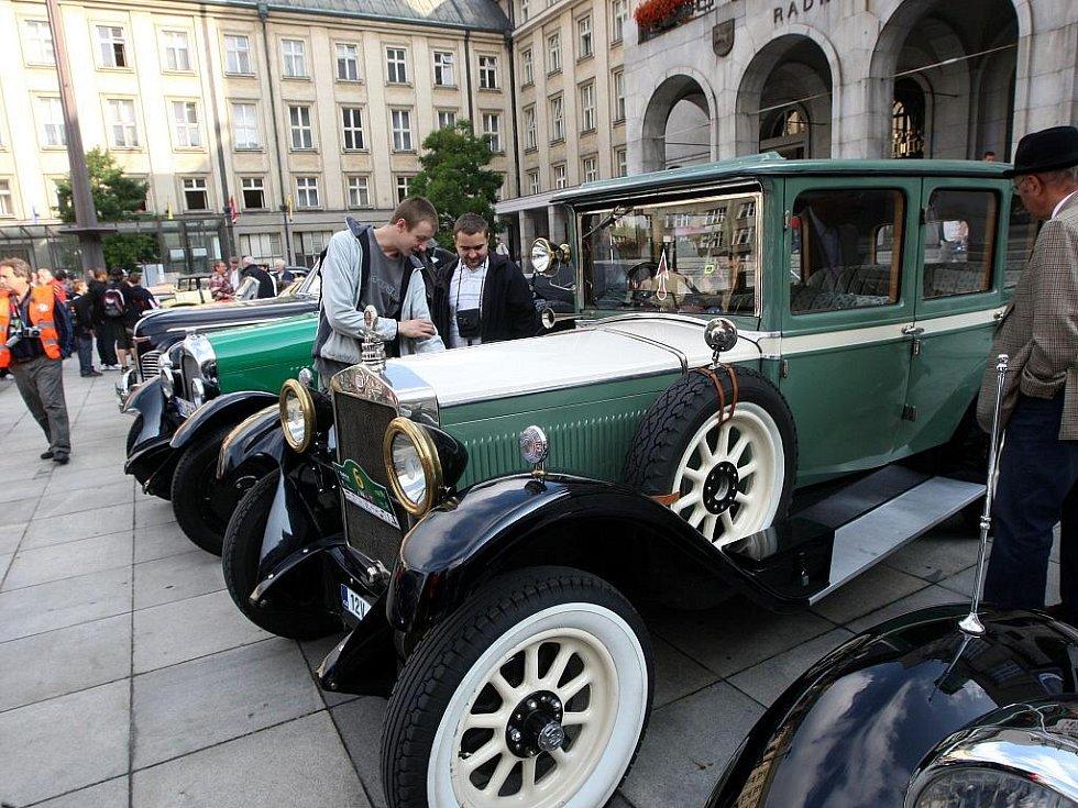 Autoveteráni na Prokešově náměstí v Ostravě