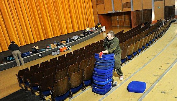Ostravské kino Luna je až do 17.března pro veřejnost uzavřeno. Začala výměna sedaček za pohodlnější.