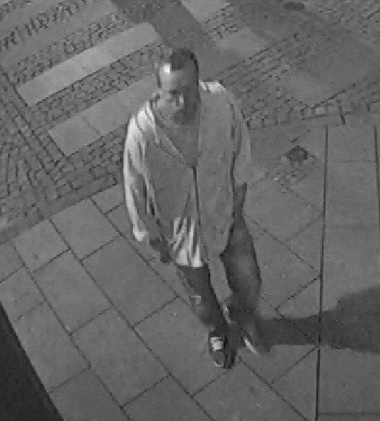 Policie zveřejnila snímky a video s mužem, který se v době útoku kyselinou máselnou pohyboval u Mulata Baru ve Stodolní ulici v Moravské Ostravě.