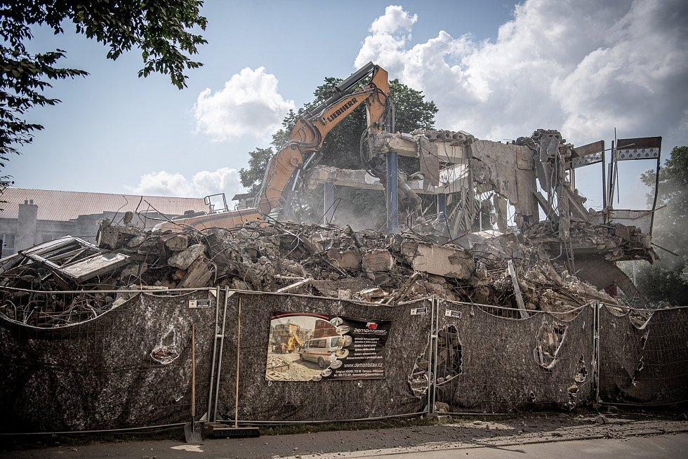 Demoliční práce na budově pavilonu E na Černé louce, 21. července 2021 v Ostravě.