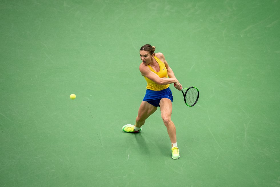 1. kolo tenisového Fed Cupu: Česká Republika - Rumunsko, 10. února 2019 v Ostravě. Zápas mezi Karolinou Plíškovou a Simonou Halepovou (na snímku).