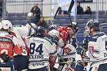 45. kolo hokejové extraligy mezi HC Vítkovice Ridera - HC Dynamo Pardubice v Ostravě dne 14. února 2020. Šarvátka Robert Kousal z Pardubic a Dominik Lakatoš z Vítkovic.