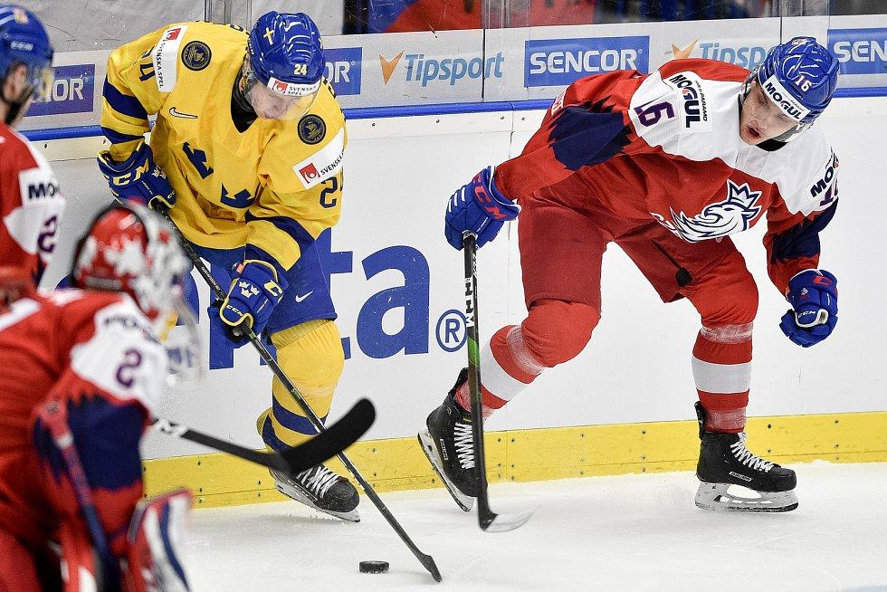 Mistrovství světa hokejistů do 20 let, čtvrtfinále: ČR - Švédsko, 2. ledna 2020 v Ostravě. Na snímku (zleva) Hugo Gustafsson a Otakar Sik.