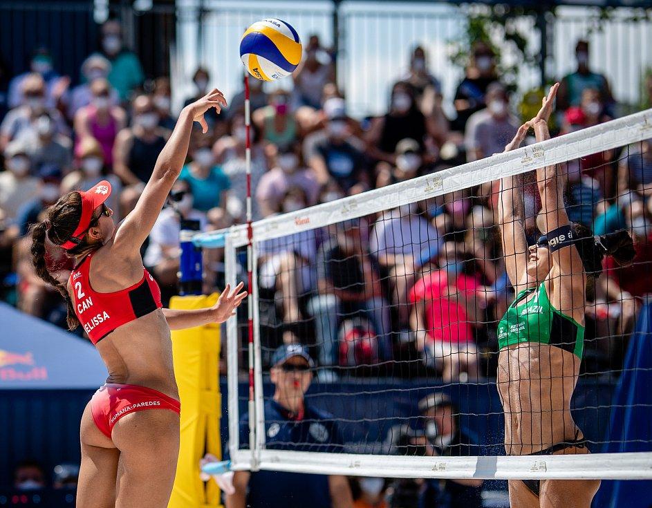 J&T Banka Ostrava Beach Open - zápas o 3. místo ženy, 6. června 2021 v Ostravě. Melissa Humana-Paredes (CAN) a Carolina Solberg Salgado (BRA).