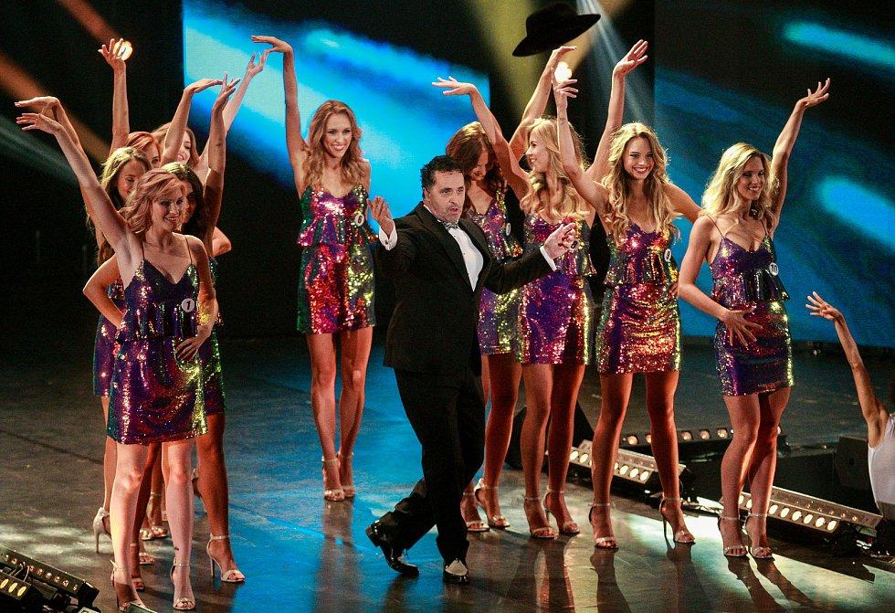 Finále soutěže Česká Miss 2018 v Gongu. Uprostřed moderátor večera Martin Dejdar